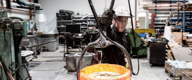 Stian Rognan løfter smeltet metall