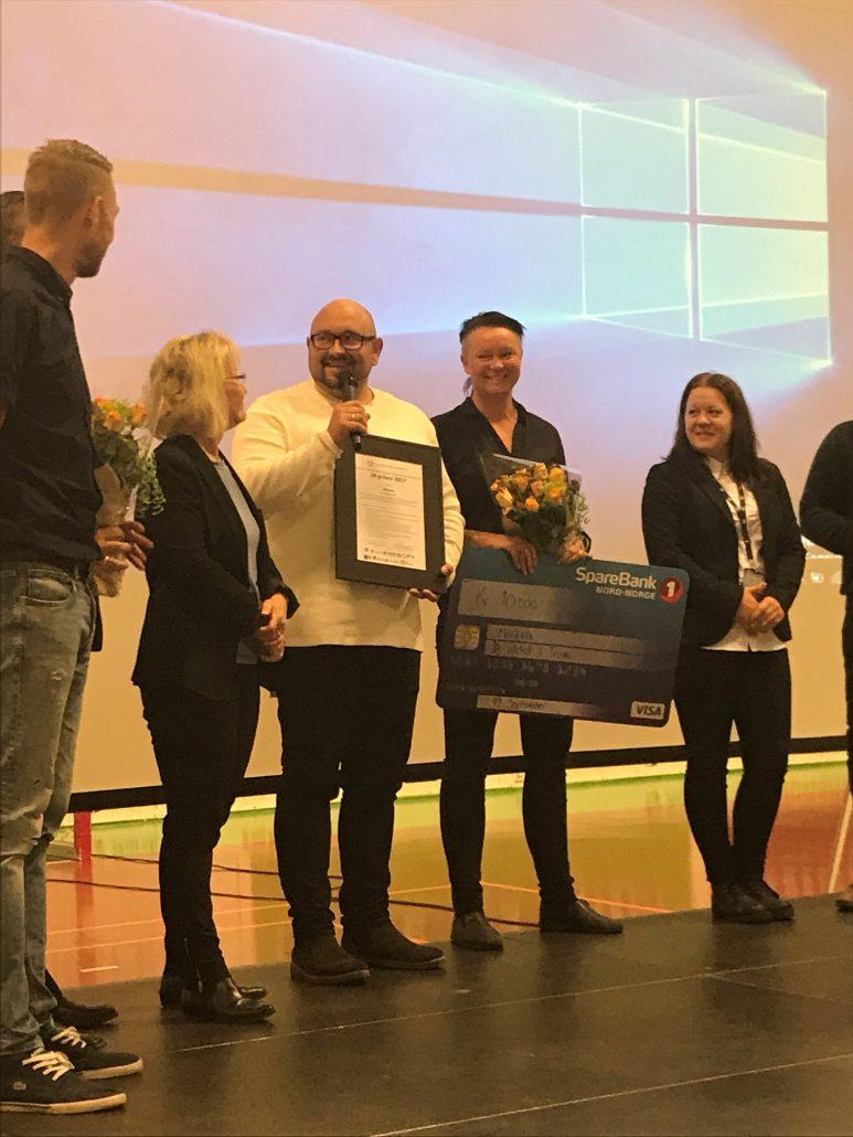 Gry Jensen og Kenneth Leiknes mottok med stlthet prisen fra juryens representanter.